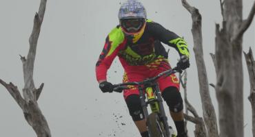Deportista extremo descendió en su bicicleta en un volcán activo
