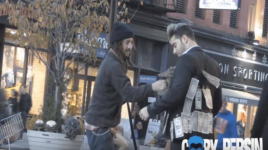 Un hombre regala billetes en la calle y así reaccionó un vagabundo