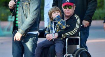 Elton John es visto en silla de ruedas en un viaje familiar a Disneyland