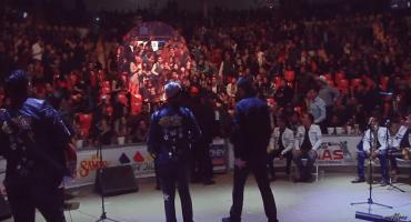 Una ridícula escena de celos durante un concierto grupero, en tres actos