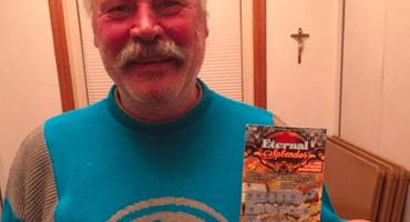 Vagabundo usa sus últimos $10 dolares en un boleto raspadito; gana muchos miles de dólares