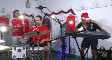 Cech, Alexis y Nacho rockean en un villancico navideño
