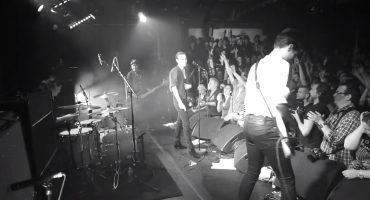 Savages toca cover de Eagles of Death Metal en París