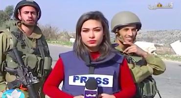 Periodista palestina es molestada por soldados israelíes durante enlace en vivo
