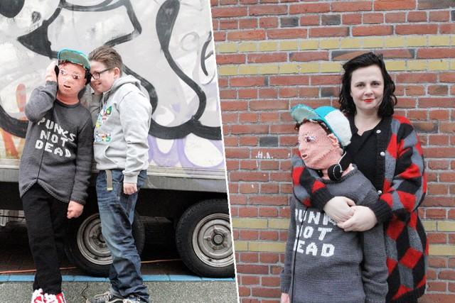 ¿Demasiado tiempo libre? Esta señora tejió una réplica tamaño real de su hijo