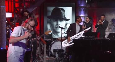 Escucha los covers que hicieron Spoon y EL VY en homenaje a David Bowie