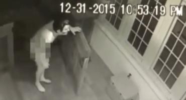 WTF? Hombre desnudo con máscara de Ronald Reagan intenta entrar a casa ajena