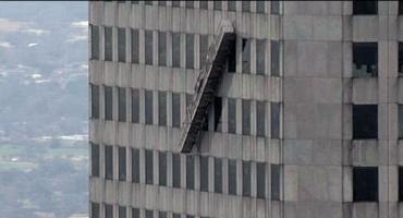 Terror en las alturas: Limpiadores de ventanas quedan colgados en edificio de 75 pisos