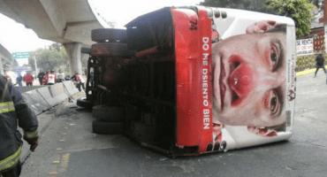 Volcadura de camión provoca caos en Periférico Norte