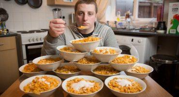 Un hombre adicto al cereal come 13 platos al día y teme que eso pueda matarlo