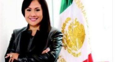 #LadyBandera: Senadora borda su nombre alrededor del escudo nacional