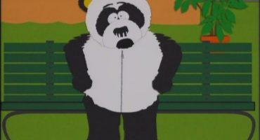 WTF? Hombre disfrazado de panda se divierte en la nieve