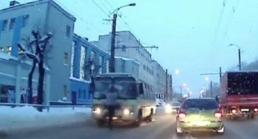 Otro suicidio fallido: ruso se avienta contra autobús y esto pasó