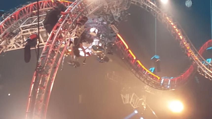 Tommy Lee se queda atorado en la montaña rusa del último concierto de Mötley Crüe