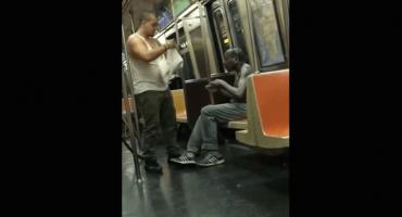 Hombre le regala su ropa a un vagabundo en el metro