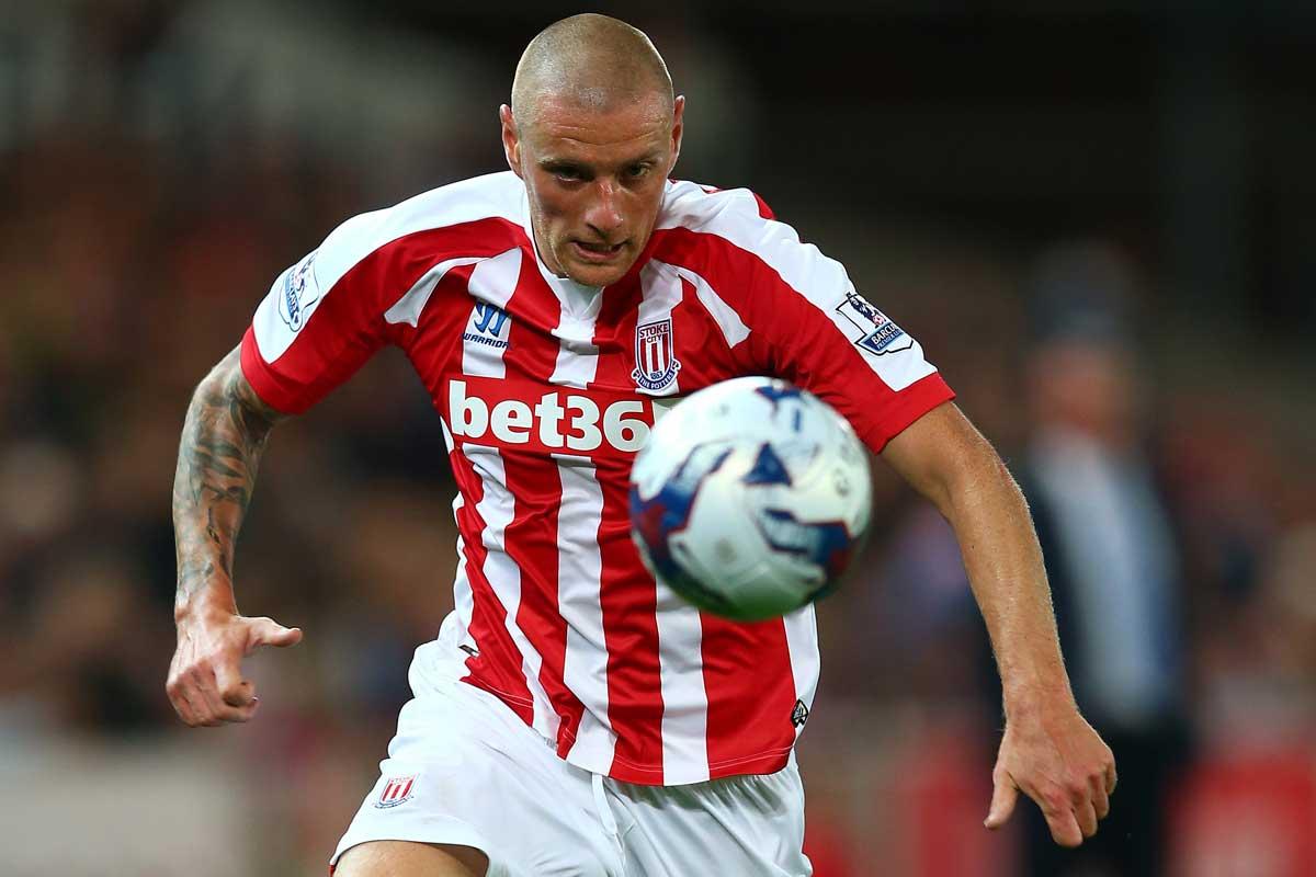 Jugador del Stoke City se retira del futbol tras recibir un balonazo en la cabeza