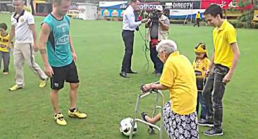Abuelita entrena futbol... ¡a los 102 años!