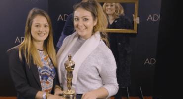 Video: Adele photobombea a sus fans