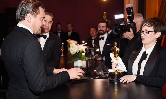 Vean el divertido momento en el que Leonardo DiCaprio espera para recibir su Oscar personalizado