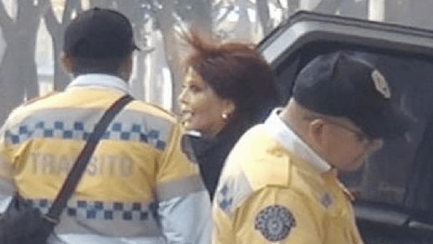 A cambio de una selfie con ella, policías le perdonan multa a Alejandra Guzmán