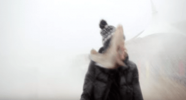 ¡Ouch! videobloguera informaba sobre el clima y fue golpeada por un pez