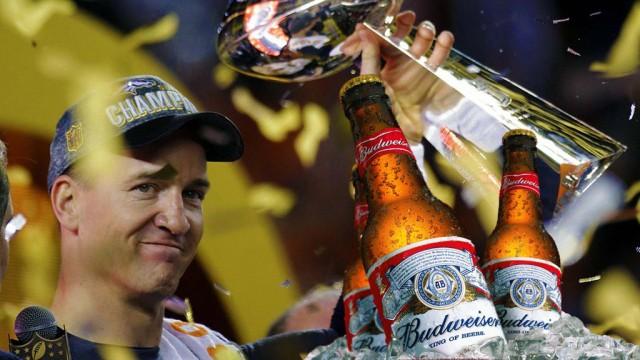 Peyton Maning celebra su victoria en el Super Bowl con una Budweiser y Papa John`s