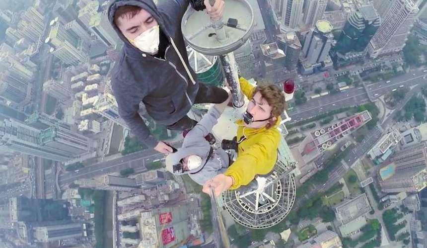 Estos chicos escalaron un rascacielos terriblemente alto solo por una selfie