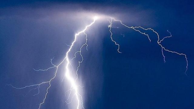 Rayo mata a sujeto durante tormenta en Iztapalapa; se refugió debajo de un árbol