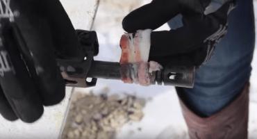 Mujer cocina tocino utilizando un arma automática