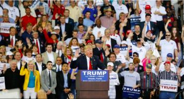 Donald Trump pide apoyo de sus seguidores con un saludo y… ¿saben a quién se parece?