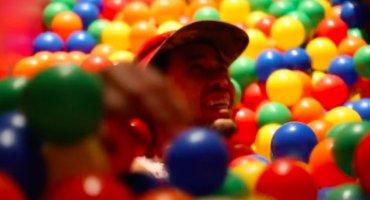 Abren el primer bar con alberca de pelotas en el mundo y es más genial de lo que parece