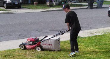 La imagen de un chico trabajando para invitar a salir a su chica se vuelve viral