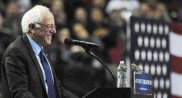 Pajarito aterriza en el podio de Bernie Sanders y todos pierden el control