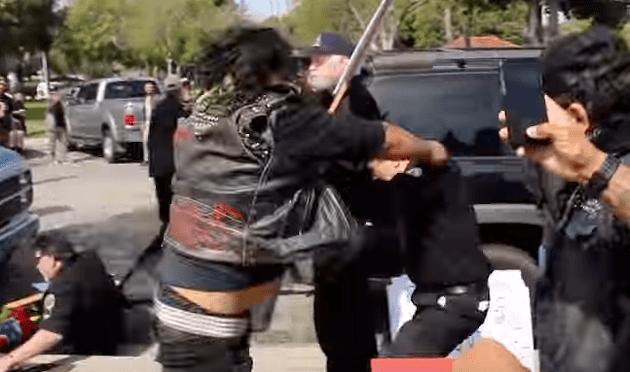 Violento altercado entre miembros del KKK y protestantes; un herido de gravedad