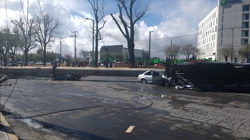 Microinfarto: Viento derriba espectacular sobre coches en movimiento en Metepec