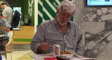 Esta imagen de George Lucas comiendo solo hace que hasta sintamos lástima