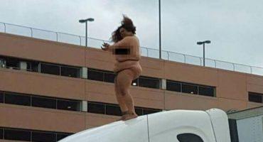 Mujer se desnuda y baila en plena autopista, para el tránsito por 2 horas