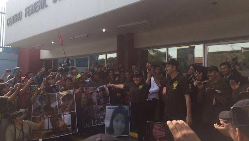Después de casi tres años en prisión, Nestora Salgado por fin queda libre