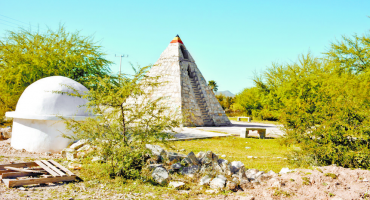 Coahuilense construyó una pirámide por órdenes extraterrestres