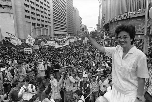 Resultado de imagen de El cambio político se produjo con la llegada al poder de Corazón Aquino