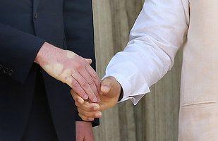 Así quedo la mano del Príncipe William después de saludar a Narendra Modi en la India