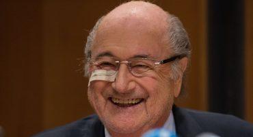 Blatter reapareció en público; recalcó su inocencia