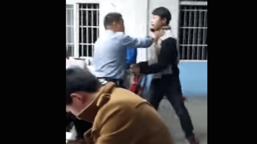 Mientras tanto en China: Alumnos golpean a su profesor de inglés