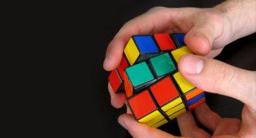 ¿Cómo hacer trampa para resolver un Cubo Rubik?