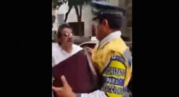 Taxista ayuda a un anciano... y lo infraccionan