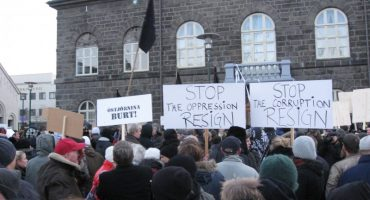 Fuertes manifestaciones en Islandia piden la renuncia del Primer Ministro