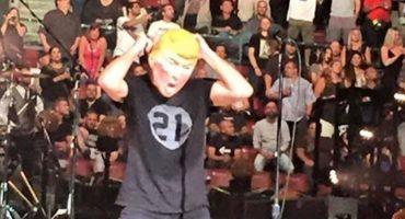 Eddie Vedder se burla de Donald Trump con una máscara sobre el escenario