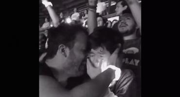 El emotivo video de un padre que llevó a su hijo con autismo a ver a Coldplay