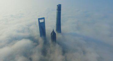 Fotos que muestran a los edificios más altos de Shanghái emerger de una espesa niebla
