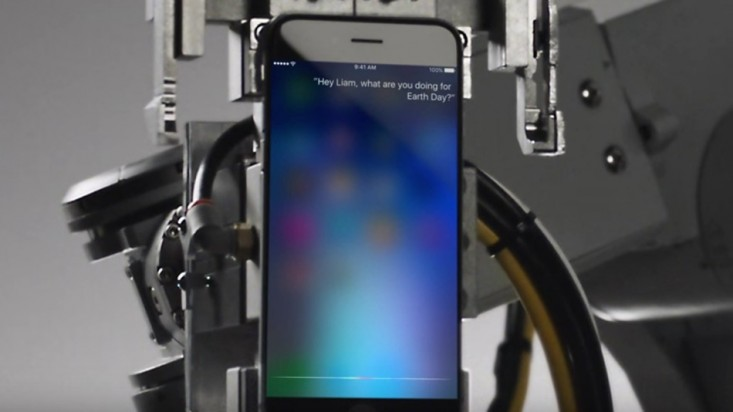 Siri conoce al robot de reciclaje de Apple en un comercial por #DiaDeLaTierra